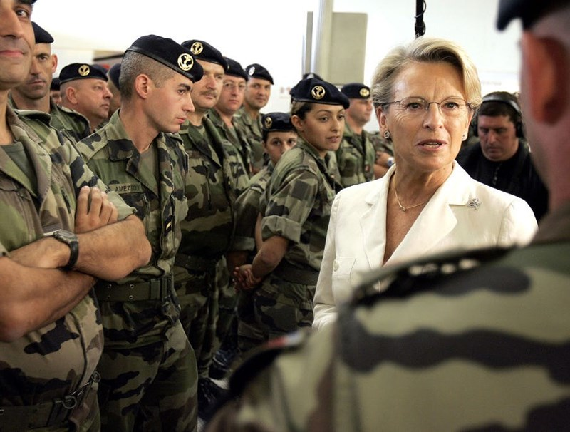 Bộ trưởng Quốc phòng Pháp Michele Alliot Marie nói chuyện với các binh sĩ Pháp khi họ chờ lên máy bay tới Lebanon tại sân bay Roissy/Charles de Gaulle, phía bắc Paris, ngày 12/9/2006.