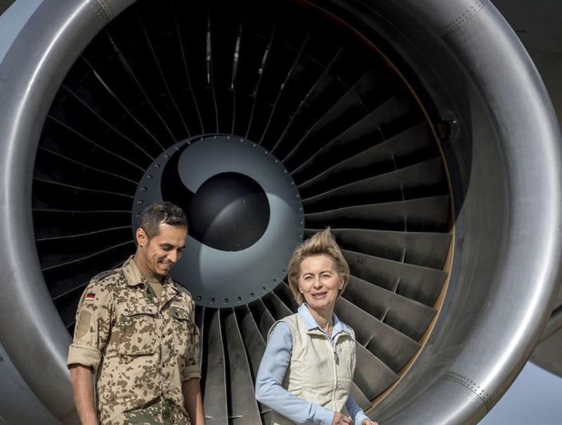 Bộ trưởng Quốc phòng Đức Ursula von der Leyen (phải) đi cùng với một binh sĩ Đức sau khi bà đến căn cứ không quân Azraq ở miền Bắc Jordan ngày 13/1/2018.
