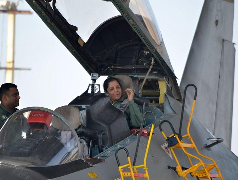 Bộ trưởng Quốc phòng Ấn Độ, bà Nirmala Sitharaman trên chiếc máy bay Su/30 tại căn cứ không quân Ấn Độ ở Jodhpur ngày 17/1/2018.