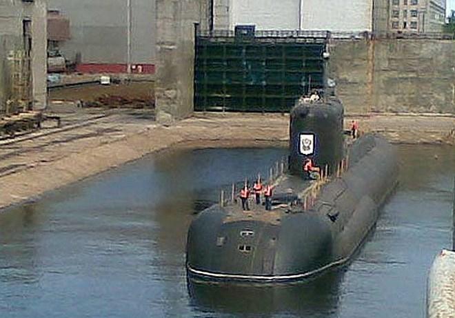 Tốc độ di chuyển của tàu ngầm Sarov là 10 hải lý/h trên mặt nước, hoặc 17 hải lý/h khi chạy ngầm, độ sâu lặn tối đa 300 m, dự trữ hành trình 45 ngày.