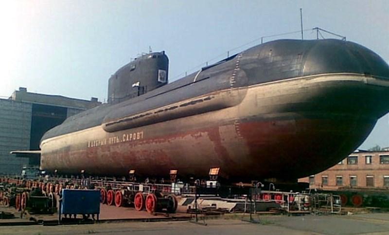 Nhờ lò phản ứng hạt nhân, tàu ngầm Sarov có thể hoạt động liên tục 20 ngày dưới đáy biển trong trạng thái hoàn toàn yên lặng, giúp nó không bị phát hiện bởi các phương tiện trinh sát của đối phương.