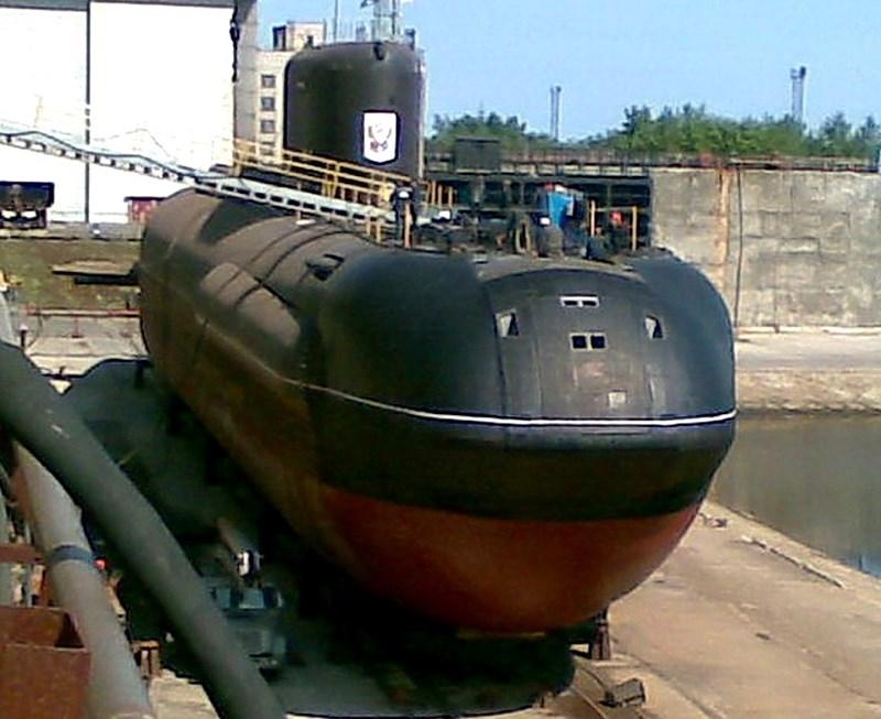 Vũ khí trang bị của lớp tàu ngầm này chưa được công bố rõ ràng, nhưng có nhiều thông tin cho rằng đó là 2 ống phóng ngư lôi hạng nặng cỡ 650 mm, qua thông số trên chúng ta cũng có thể tạm thời xác định được đường kính của ngư lôi hạt nhân Poseidon.
