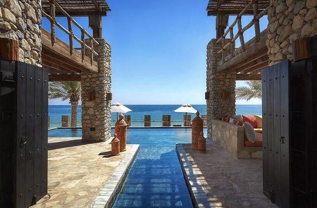 """Muscat, Oman: Một """"viên ngọc giấu mình"""" của Trung Đông, thủ đô của Oman có vẻ đẹp nên thơ. Nơi đây có nhiều khách sạn, resort cao cấp cùng với những công trình phục vụ văn hóa như bảo tàng, triển lãm. Không những thế, Muscat còn chú trọng phát triển đường xá, các công trình hiện đại phục vụ giao thông để phục vụ du khách tốt hơn."""