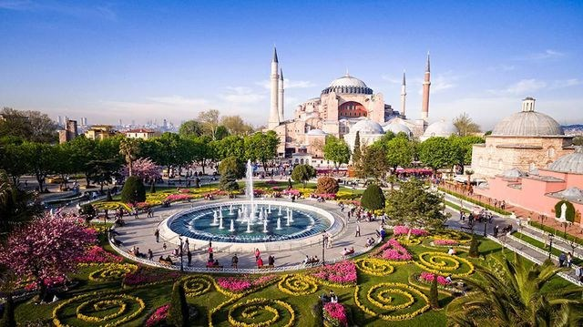 Istanbul, Thổ Nhĩ Kỳ: Thủ đô của Thổ Nhĩ Kỳ đang dần chuyển mình và trở thành một điểm đến vừa cổ kính vừa hiện đại. Nơi đây đang mọc lên những khu phức hợp công năng phục vụ nhu cầu về văn hóa - giải trí của người dân bản địa và du khách. Đó là những khu trung tâm vui chơi - giải trí có cả rạp chiếu phim, triển lãm, nhà hát, nhà hàng...