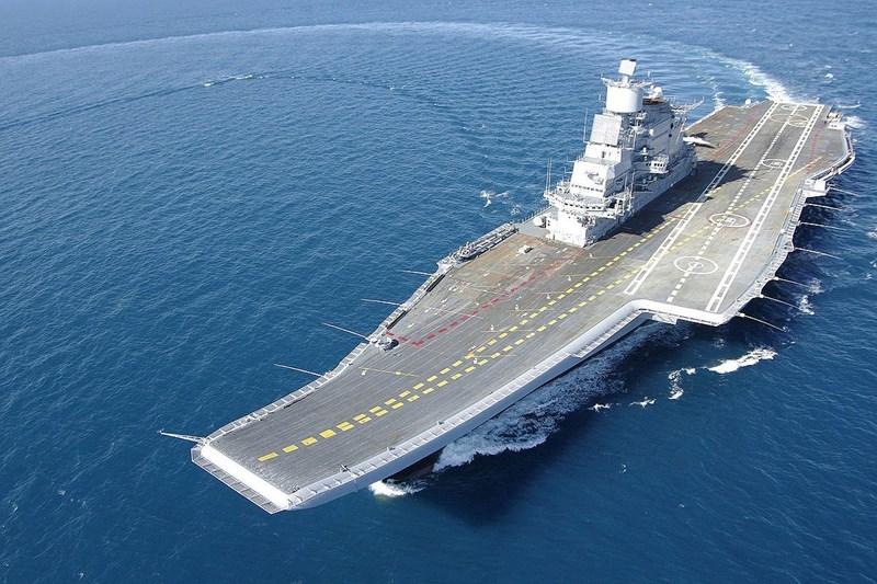 Căn cứ hợp đồng ký năm 2004, Ấn Độ được Nga cho không vỏ tàu INS Vikramaditya nhưng phải chi tới 800 triệu USD để nâng cấp. Chưa dừng lại ở đó, New Delhi còn phải chi thêm 1 tỷ USD để sở hữu máy bay chiến đấu và vũ khí kèm theo.