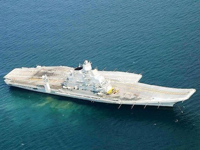 Hệ thống điện tử của tàu sân bay INS Vikramaditya khá hiện đại khi nó được tích hợp nhiều loại radar cảnh giới tầm xa tối tân để làm công tác dẫn đường cho máy bay tiêm kích.