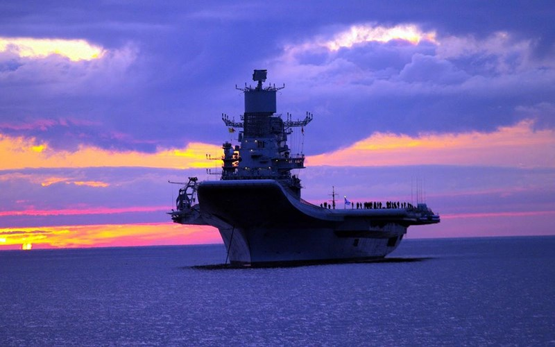 Mặc dù nhỏ hơn đáng kể nếu đặt cạnh tàu sân bay Liêu Ninh của Trung Quốc nhưng Nga lại tuyên bố rằng chiếc INS Vikramaditya của Hải quân Ấn Độ sở hữu nhiều ưu điểm hơn.