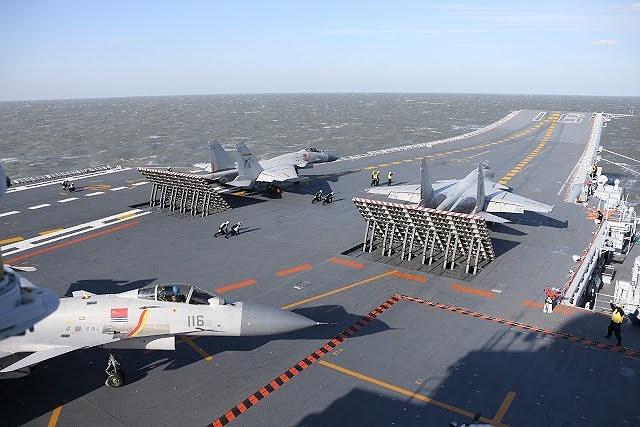Do không trang bị máy phóng, tiêm kích hạm J-15 sẽ chẳng thể nào cất cánh với tải trọng vũ khí cũng như nhiên liệu tối đa, gây suy giảm nghiêm trọng sức chiến đấu.