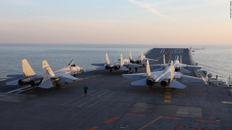 """Bên cạnh đó, máy bay chỉ huy cảnh báo sớm trên không tương tự như E-2 Hawkeye cũng chưa bố trí được trên tàu sân bay, khiến cho hai hàng không mẫu hạm Trung Quốc như bị """"cận thị"""" khi đối đầu với chiến hạm Mỹ."""