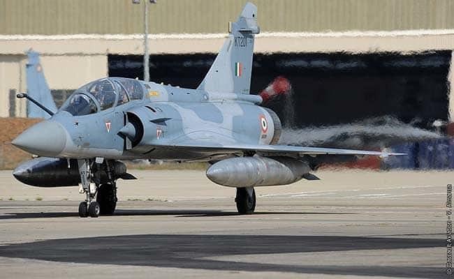 Chi tiết vừa được tìm thấy tại hiện trường có đường nét khá giống với cửa xả động cơ cũng như mảnh cánh của tiêm kích hạng nhẹ Mirage 2000H do Pháp sản xuất.