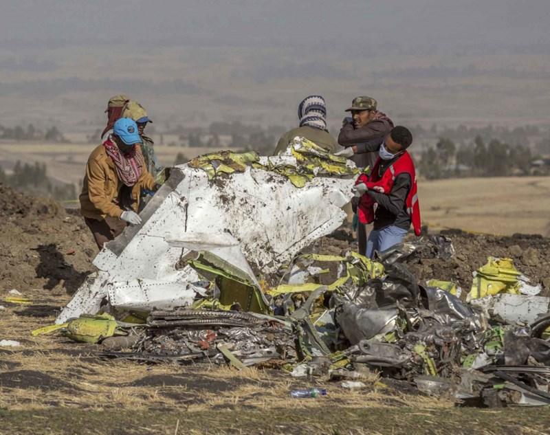 Các nhân viên cứu hộ tại hiện trường máy bay rơi. Ảnh Samuel Habtab/AP