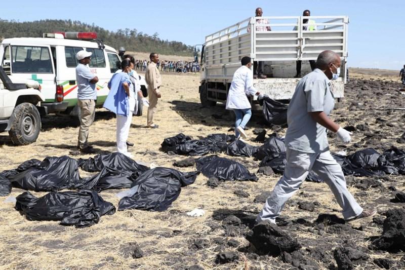 Nhân viên y tế thu dọn các mảnh thi thể người bị nạn. Ảnh Michael Tewelde/AFP/Getty Images