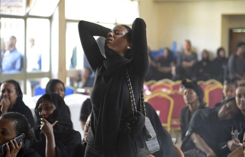 Người thân nạn nhân tử nạn đến chia buồn tại một lễ tang hôm 11/3. Ảnh Samuel Habtab/AP