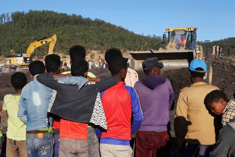 Người dân tò mò tới xem hiện trường vụ tai nạn. Ảnh Jemal Countess/Getty Images