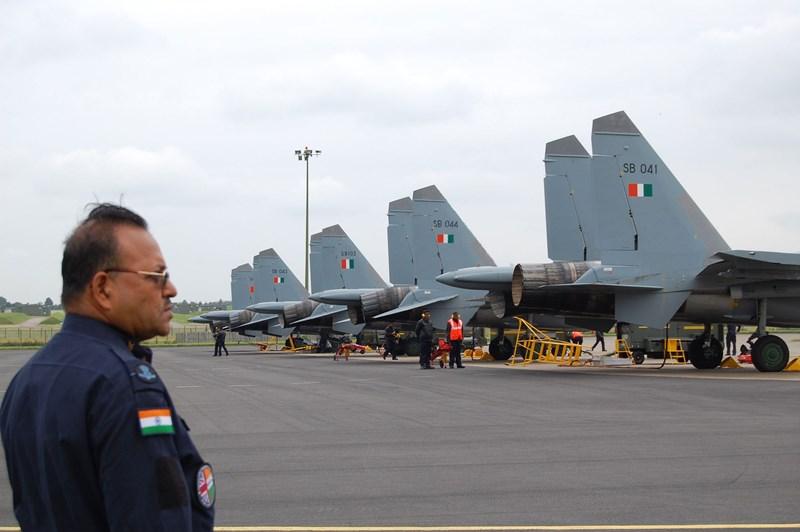 Hiện không quân Ấn Độ phải bố trí phi đội tiêm kích tại các căn cứ phía sau, cách xa biên giới do thiếu hầm trú ẩn.