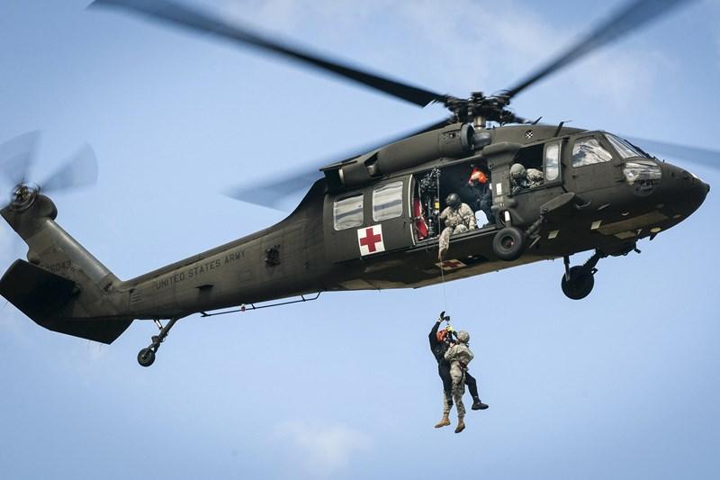 Cú va chạm mạnh khiến người lái xe trượt tuyết văng vào thân trực thăng và bị thương, nhưng không bị nguy hiểm đến tính mạng.