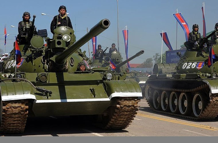 Ngoài ra xe tăng T-55AM2 còn có tổng cộng 16 ống phóng đạn khói ngụy trang gắn hai bên tháp pháo để đối phó với các khí tài ngắm bắn quang học của đối phương.