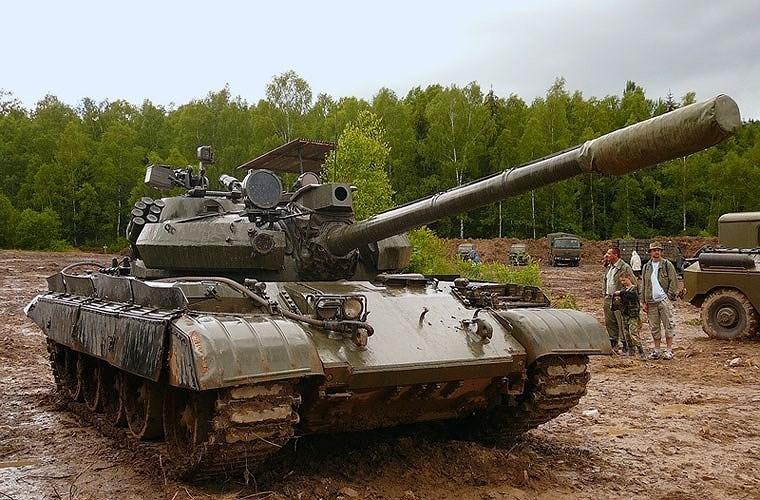 Xe tăng T-55AM2 giữ lại pháo nòng xoắn D-10T2S cỡ 100 mm nhưng bổ sung ốp bọc cách nhiệt nhằm giảm sự cong vênh nòng, tích hợp với thiết bị ngắm quang điện tử giúp cho việc tác xạ nhanh và chính xác hơn.