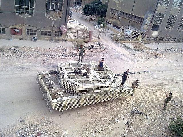 Bài bản hơn hẳn là phiên bản xe tăng chiến đấu chủ lực T-72 Mahmia, khi chiếc chiến xa được bao bọc kín các mặt bởi bộ giáp tự chế dạng lồng thép.