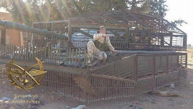 Một chiếc xe tăng T-72 Mahmia với phần giáp lồng che kín cả đỉnh tháp pháo, có lẽ kíp xe này lo sợ vũ khí tấn công theo kiểu đột nóc như tên lửa FGM-148 Javelin.