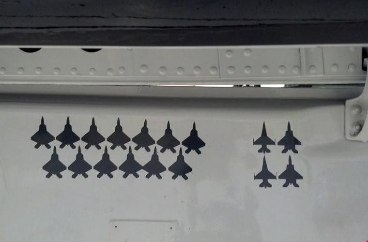 """Chiếc T-38 Talon nhờ vào sự nhanh nhẹn của mình tỏ ra không hề thua kém tiêm kích thực thụ, nó đã """"bắn hạ"""" hàng chục chiến đấu cơ tàng hình F-22 Raptor cũng như F-15 Eagle và F-16 Fighting Falcon trong luyện tập."""