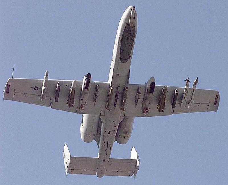 """Đại diện Không lực Hoa Kỳ cũng chưa đưa ra lời giải thích vì sao họ lại đột ngột """"bẻ còi"""" khi xác nhận thành tích chiến đấu của chiếc A-10 Thunderbolt II trên."""