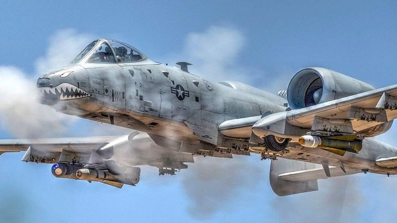 A-10 Thunderbolt II (Thần sấm II) là loại máy bay tấn công mặt đất và chi viện hỏa lực trực tiếp cự ly gần của Không quân Mỹ, chiếc phi cơ này có 2 động cơ phản lực và buồng lái 1 chỗ ngồi.