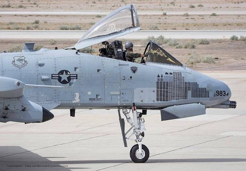 Để tăng cường khả năng chiến đấu cho cường kích A-10, Không quân Mỹ đã cho chiếc oanh tạc cơ này tiến hành một số bài tập không chiến đối kháng với những loại tiêm kích thực thụ.