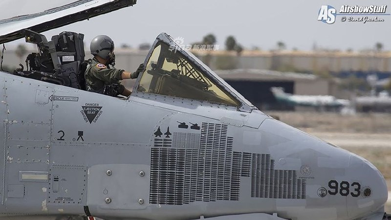 Điều này đã gây ra một sự bất ngờ không hề nhỏ, khi trên khung thân chiếc A-10 số hiệu 983 này có biểu tượng của tiêm kích F-16 Fighting Falcon cũng như F-22 Raptor, dấu hiệu nó đã chiến thắng hai chiến đấu cơ trên trong luyện tập đối kháng.
