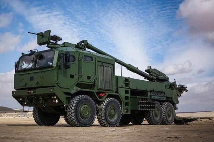 Xe tải Tatra 6x6 của pháo tự hành ATMOS có tốc độ di chuyển tối đa 80 km/h, tầm hoạt động 1.000 km, có thể vượt vật cản cao 0,4 m, hào rộng 0,6 m và lội nước sâu 1,4 m. Cabin xe được bọc giáp nhẹ để chống lại đạn súng bộ binh cỡ nhỏ và mảnh pháo. Ảnh: NewsNBC.