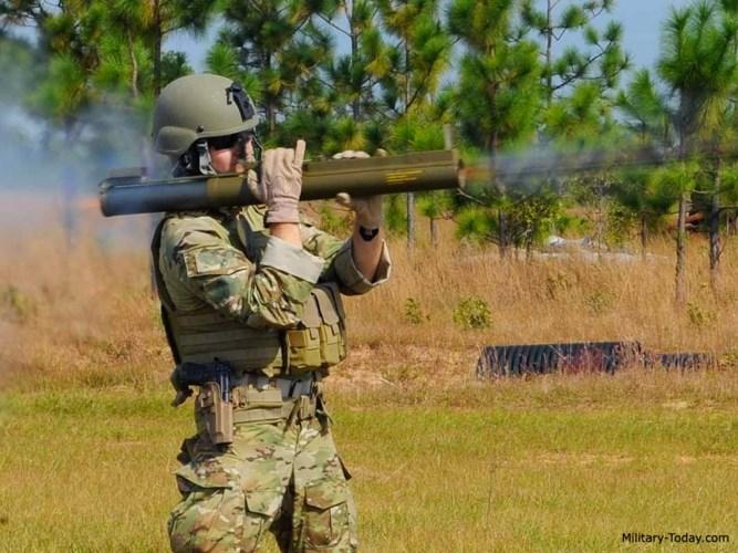 Mỗi quả đạn dùng cho M72 LAW nặng 1,8kg. Tốc độ đầu nòng của đạn là 145 m/s.