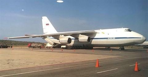 Hình ảnh máy bay vận tải quân sự An-124 đang hạ hàng hóa xuống sân bay của Venezuela.