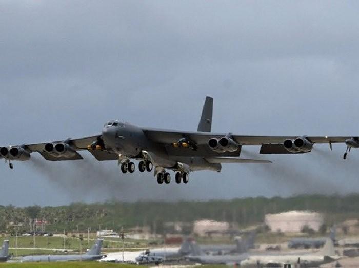 B-52 mang được 27.200 kg bom và tên lửa đi xa 15.000 km, phạm vi hoạt động rộng giúp nó có thể quần vòng trên không trong thời gian dài để chờ yêu cầu hoặc hỗ trợ từ các căn cứ dưới mặt đất.