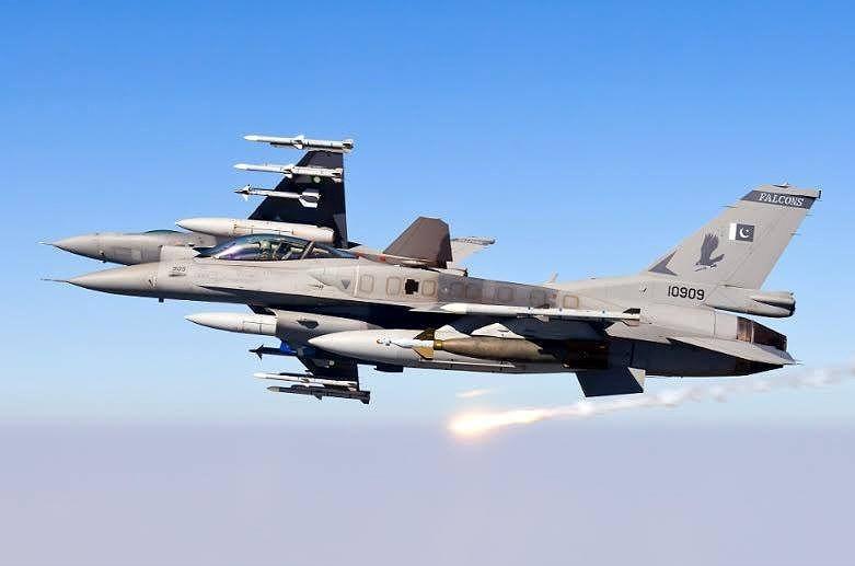 Về phía Ấn Độ, họ cũng cho biết đã bắn hạ 1 tiêm kích của Không quân Pakistan, đó chính là chiến đấu cơ hạng nhẹ F-16 Fighting Falcon do Mỹ sản xuất.