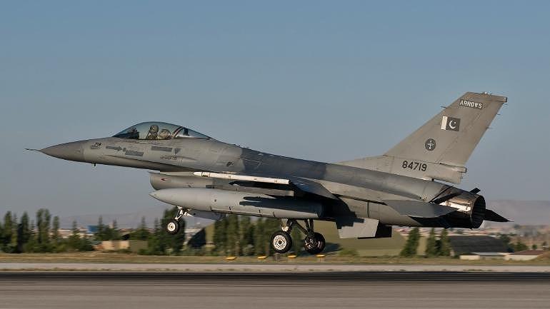 Bộ Quốc phòng Pakistan cho rằng khi phát hiện chiếc MiG-21 Bison của Ấn Độ thì toàn bộ tiêm kích của họ đã được lệnh cất cánh, bao gồm cả JF-17 Thunder lẫn F-16 Fighting Falcon.