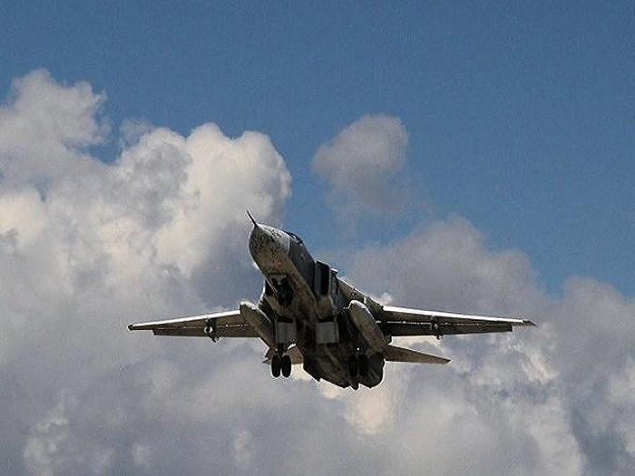 Ngoài số máy bay còn đồn trú tại Syria, Moskva đã điều động thêm 4 chiếc cường kích tầm thấp Su-25SM3 cùng 2 nguyên mẫu thử nghiệm của trực thăng tấn công Mi28NM Night Hunter tới để sẵn sàng tham chiến.