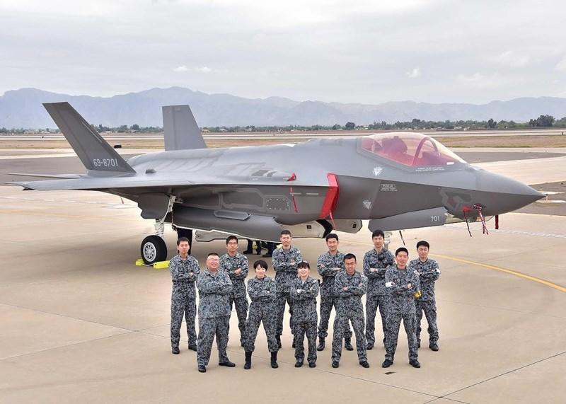 Chính phủ Nhật Bản hồi tháng 2 thông qua kế hoạch quốc phòng mới, đề xuất mua thêm 105 tiêm kích F-35, trong đó gồm 40 máy bay F-35B để vận hành trên hai tàu sân bay hoán cải từ khu trục hạm trực thăng lớp Izumo.