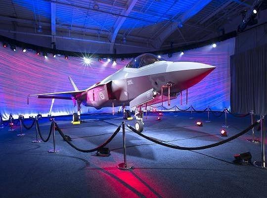 F-35 Lightning II là thế hệ máy bay chiến đấu thứ năm của Hoa Kỳ, nằm trong dự án phát triển máy bay tiêm kích giữa nước này và các đồng minh như Vương quốc Anh, Canada, Italy, Hà Lan...