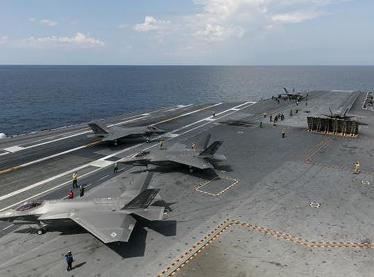 Đội bay F-35C chuẩn bị cất cánh từ tàu USS George Washington.