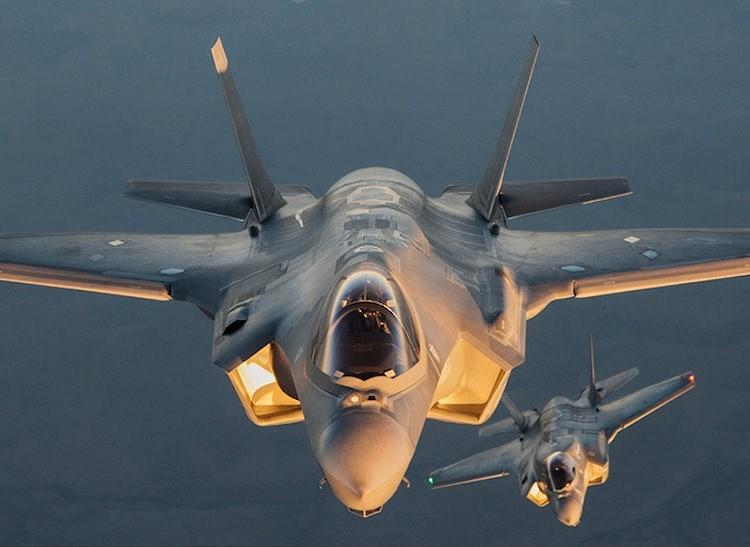 Chiến đấu cơ F-35A trong buổi bay thử nghiệm, bên cạnh là một chiếc F-25B. Hiện nay F-35 có ba phiên bản là F-35A, F-35B, F-35C nhằm đáp ứng nhu cầu của những người dùng khác nhau.