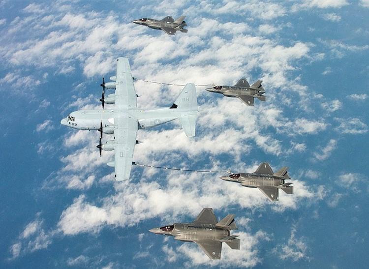 Hai chiếc F-35B nạp nhiên liệu trên không từ máy bay tiếp dầu KC-130J.