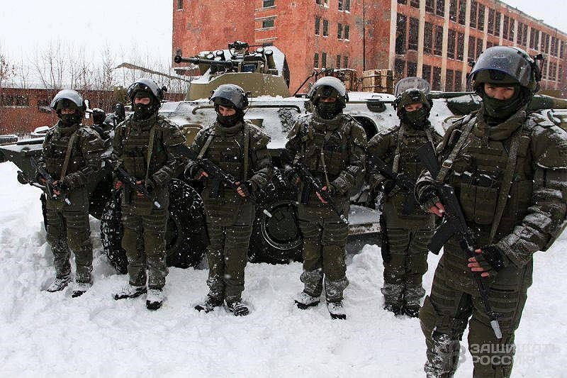 """Mang theo trang bị hạng nặng, xuất hiện đầu tiên trên chiến trường, giáp mặt quân thù trước cả lính đặc nhiệm, cho nên có thể nói đây mới thực sự là thành phần """"khủng"""" nhất trong Quân đội Nga."""