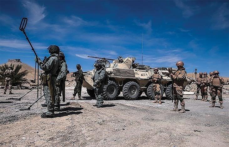 Một điều nữa cần phải nhắc đến đó là tuy mang vác khối lượng khí tài đồ sộ như trên, nhưng lính công binh xung kích lại thường xuyên phải hoạt động phía trước bộ binh cơ giới.