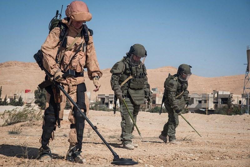 Lính công binh xung kích Nga được trang bị bộ quân trang OVR-3Sh trọng lượng khoảng 25 - 30 kg, có cấp độ bảo vệ 6, cao nhất trong các quân binh chủng, kèm theo đó là số vũ khí, khí tài như thuốc nổ, súng phóng lựu nặng khoảng 40 kg nữa.