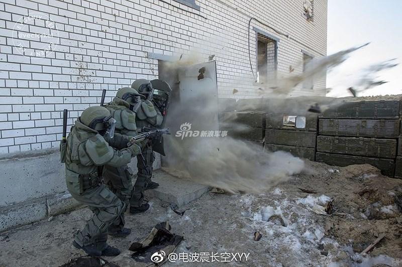 Khác với lính công binh thường, công binh xung kích được trang bị vũ khí chủ yếu là thuốc nổ, họ luôn là những người đi đầu trong đội hình tiến công để phá chướng ngại vật, tạo cửa mở cho bộ binh cơ giới đánh chiếm mục tiêu.