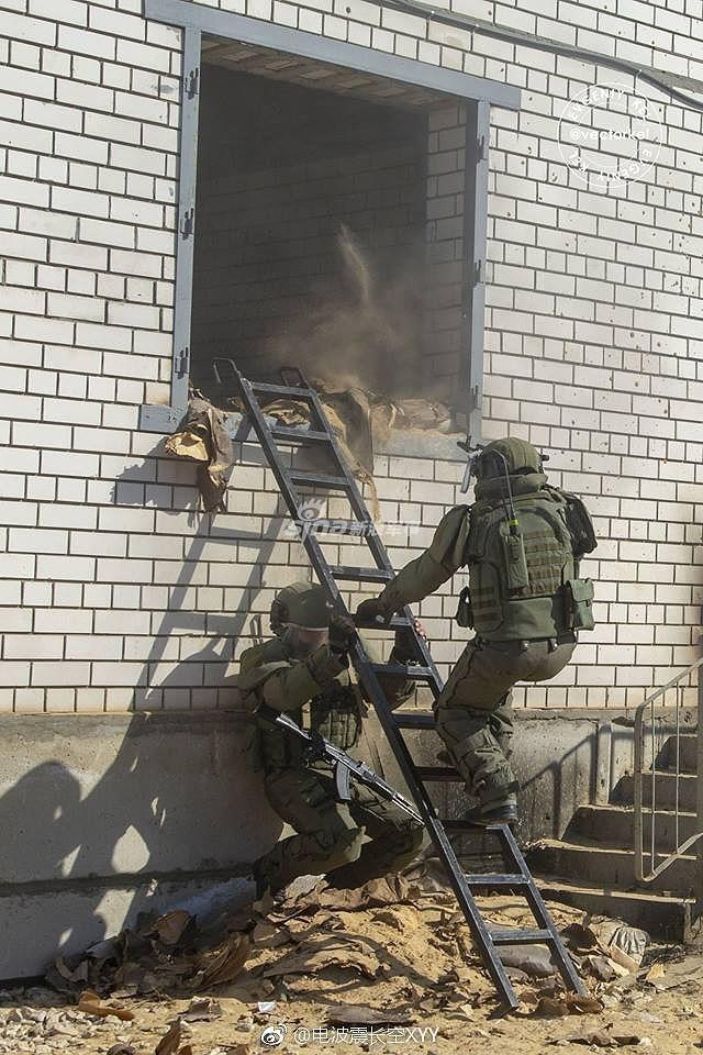 Chính vì vậy trang bị cá nhân của lính công binh xung kích cũng tốt hơn nhiều so với lính bộ binh thông thường, thậm chí cả lính đặc nhiệm với những bộ Ratnik thế hệ 2.