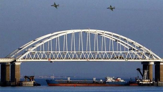Hôm 28/11, Bộ trưởng Cơ sở hạ tầng Ukraine, ông Vladimir Omelyan cáo buộc rằng Nga đã cho phong tỏa hai cảng biển Mariupol và Berdyansk của Ukraine nằm bên bờ biển Azov bằng cách ngăn không cho các tàu thuyền đến và đi khỏi đây.