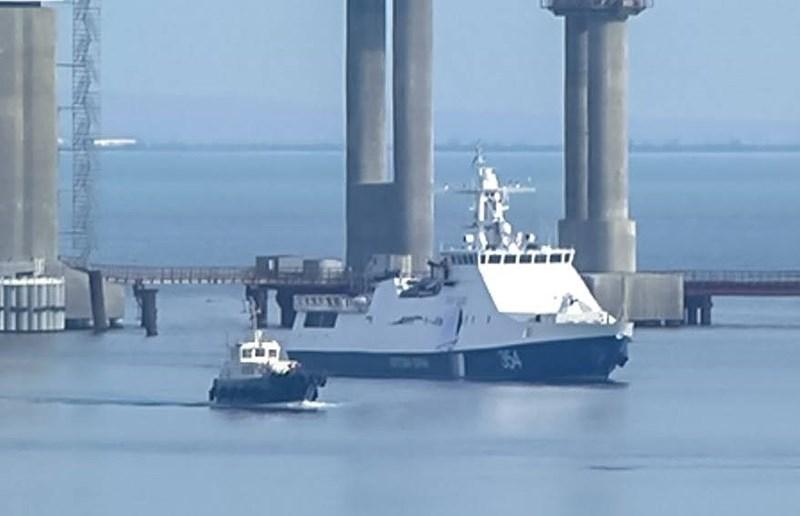Biện pháp được người Nga áp dụng theo tố cáo là cố tình kéo dài thời hạn trả lời và xác nhận giấy phép di chuyển qua chân cầu vượt Kerch, khiến tàu thuyền của Ukraine không thể đi qua.