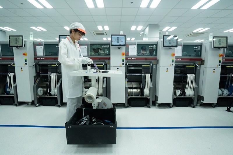 Dây truyền gắn linh kiện điện tự động tại nhà máy Vsmart.