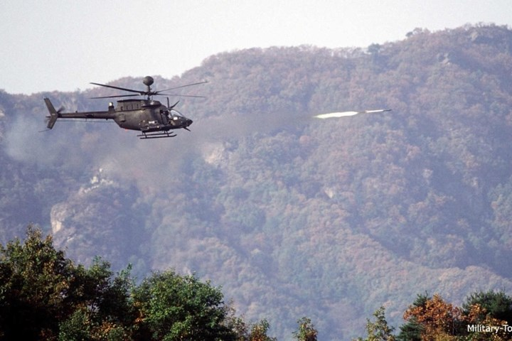 Trực thăng OH-58D phóng tên lửa.